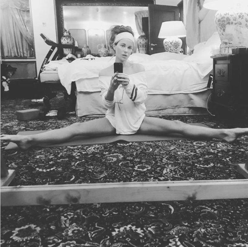 Τα απίστευτα «ανοίγματα» της κούκλας Κέιτ Μπέκινσεϊλ μας άφησαν άναυδους! (video)