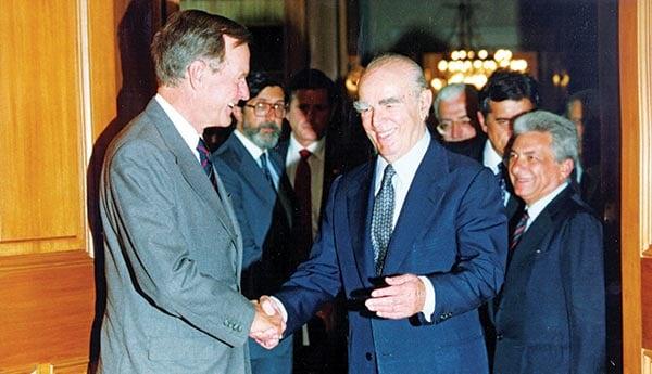 Ο Κωνσταντίνος Καραμανλής με τον Τζορτζ Μπους τον πρεσβύτερο