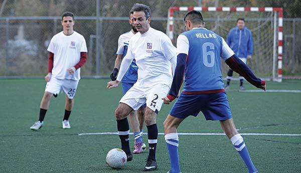Ο πρωθυπουργός Κυριάκος Μητσοτάκης με την μπάλα στα πόδια, σε φιλικό αγώνα ομάδας της Νέας Δημοκρατίας με την Εθνική Αστέγων
