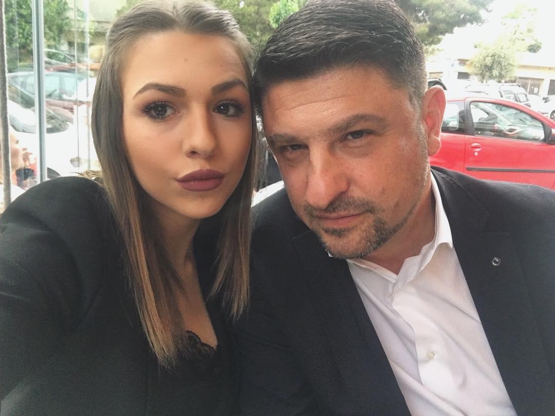 Η Ιωάννα Χαρδαλιά προμοτάρει πάρτι τη στιγμή που ο πατέρας της τρέχει και δε φτάνει με τα νέα κρούσματα[photos]