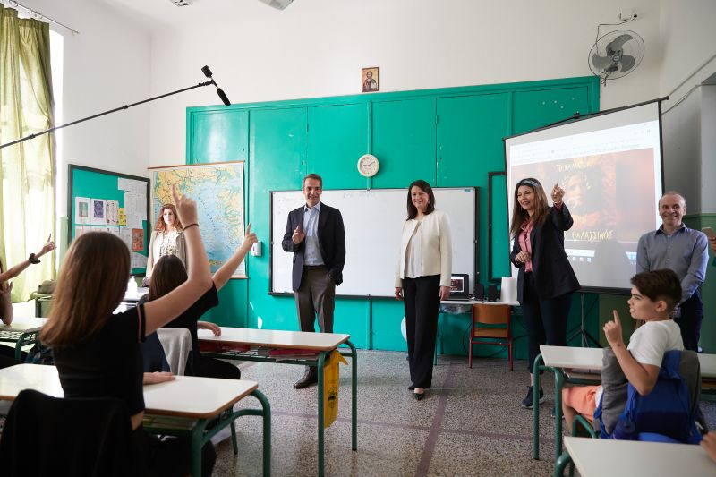 Ο μαθητής που… «λιποθύμησε» στη θέα του Κυριάκου Μητσοτάκη (video)