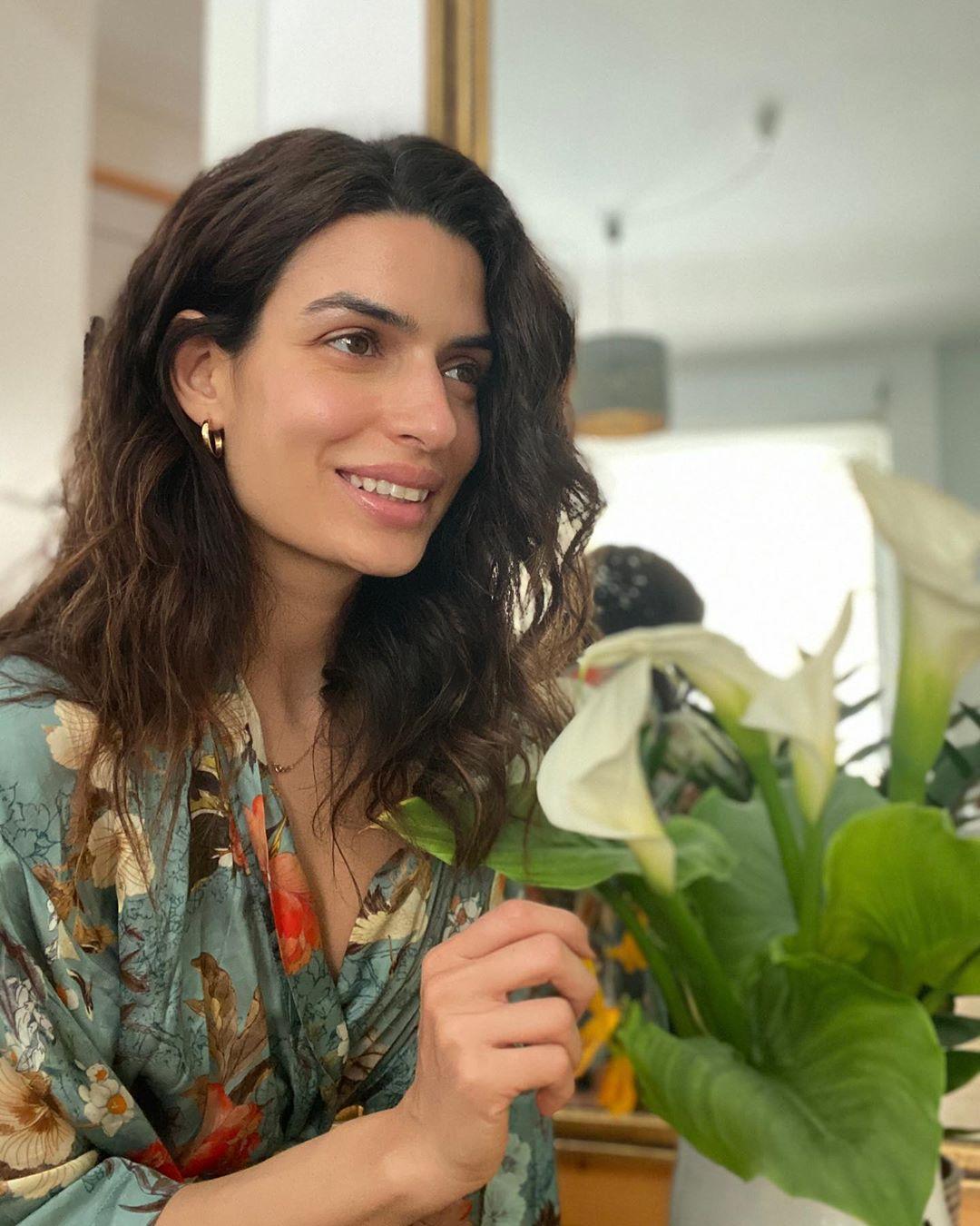 Η Τόνια Σωτηροπούλου χωρίς ίχνος μακιγιάζ, λάμπει στο όμορφο μπαλκόνι της