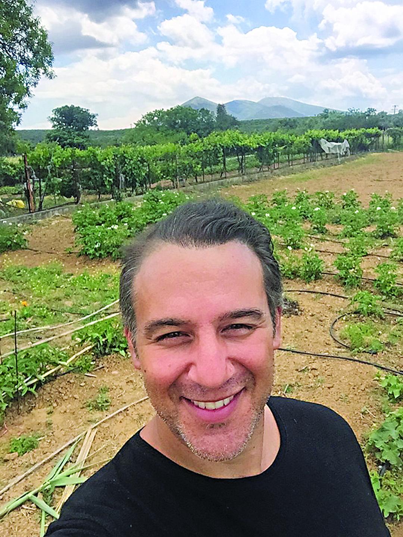 Στροφή στην καριέρα του έκανε ο Θάνος Τζάνης! Ανέλαβε το οικογενειακό ξενοδοχείο και τη φάρμα του στην Εύβοια