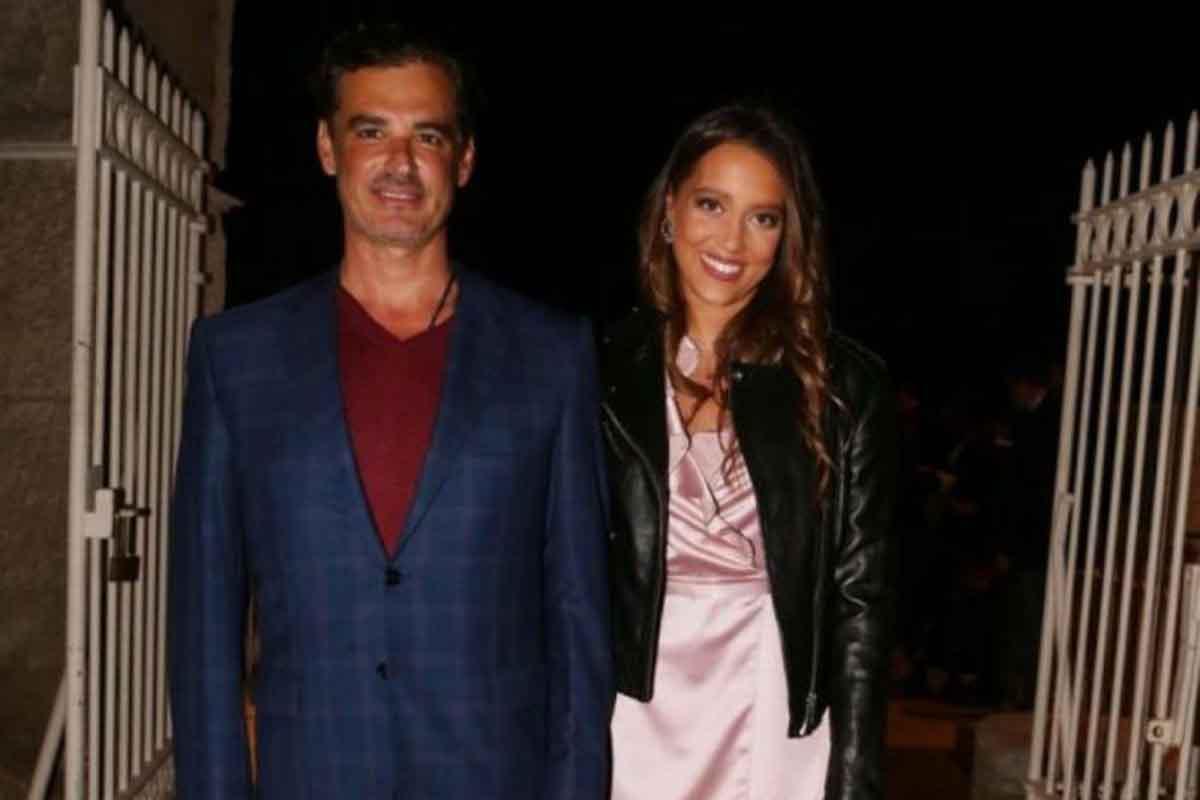 Ο Άρης Σπηλιωτόπουλος και η 24χρονη αγαπημένη του κάνουν βόλτες στην Μύκονο (video)
