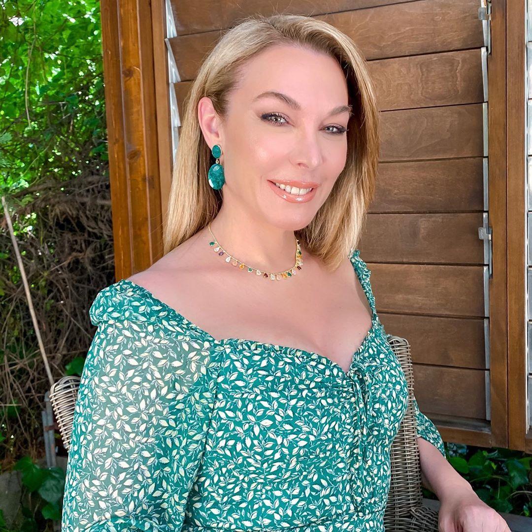Η Τατιάνα Στεφανίδου βολτάρει με chic μίνι ολόσωμο στη Λευκάδα