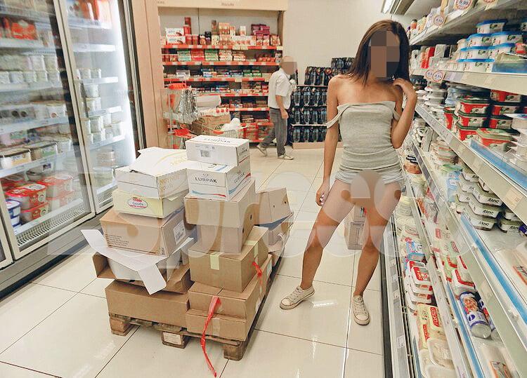Φωτογραφίες! Νέες αποκαλύψεις για τα γυμνά κορίτσια: Γδύνονται σε προαύλια σχολείων και καταστήματα παιχνιδιών για λίγα ευρώ!