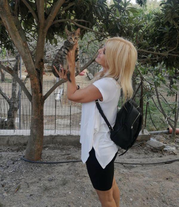 Υπό την επήρεια της κυριακάτικης αύρας: Μια συκιά μάγεψε τον Κικίλια, ενώ μια γάτα πόζαρε στα χέρια της Ράπτη