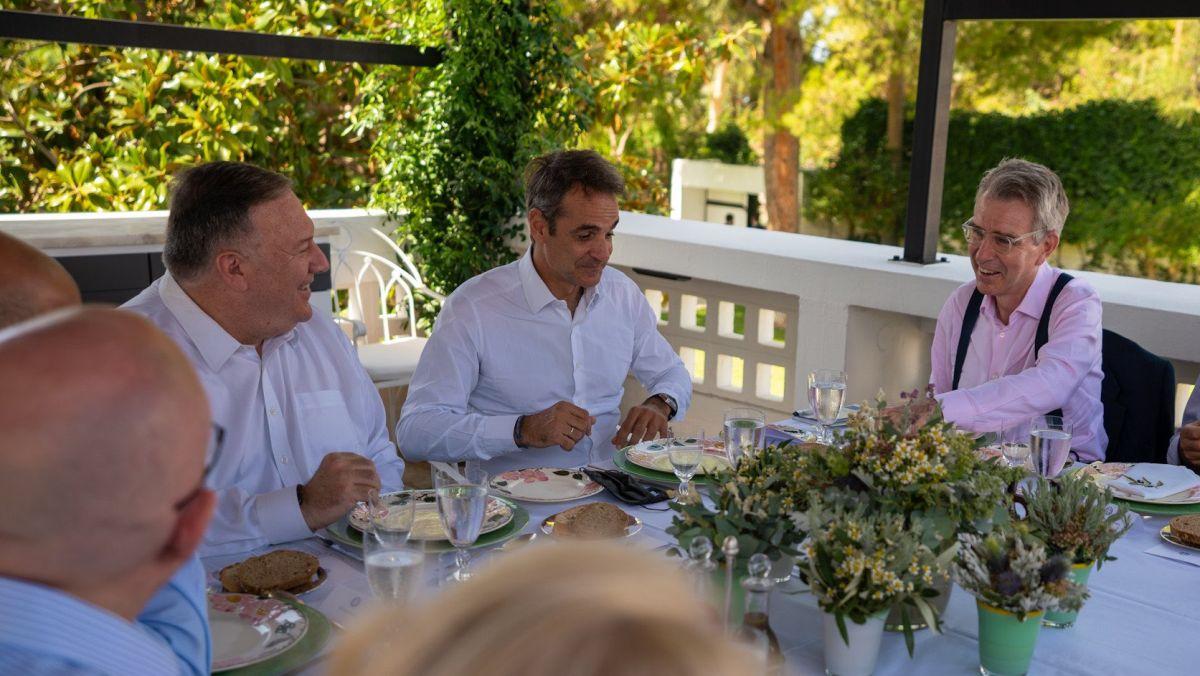 Ρεζίλι σε όλη την υφήλιο – Ο Μητσοτάκης παράτησε τη μάσκα του πάνω στο πιάτο που θα έτρωγε