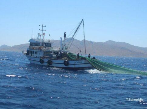 Στα 100 μέτρα από τις ακτές των νησιών μας φτάνουν οι Τούρκοι ψαράδες κι εμείς απλά τους κοιτάμε! (video)